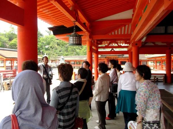 厳島神社内をガイドしてもらいました