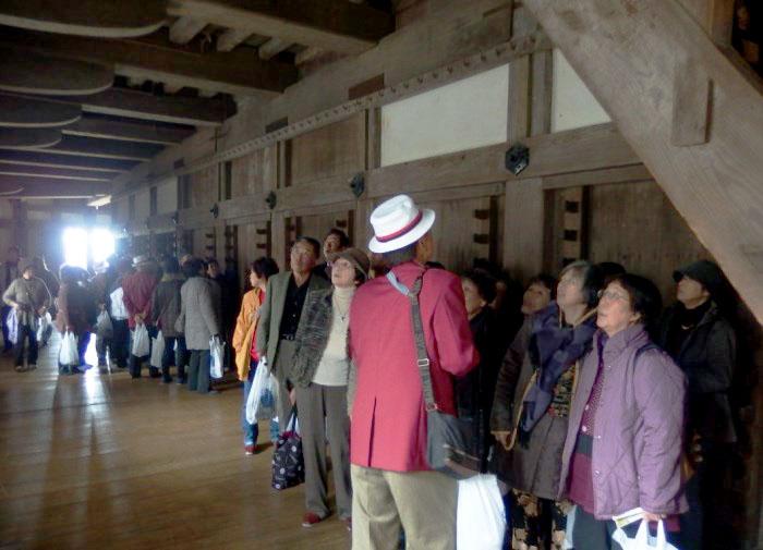 ガイドの解説を聞きながら姫路城内を視察します